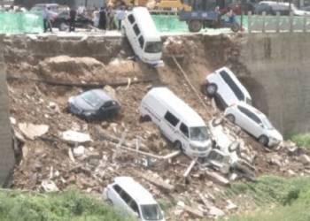 لحظة سقوط سيارات في انهيار ضخم