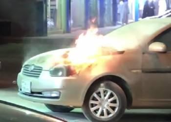 مواطنون يطفئون سيارة تحترق بالرياض