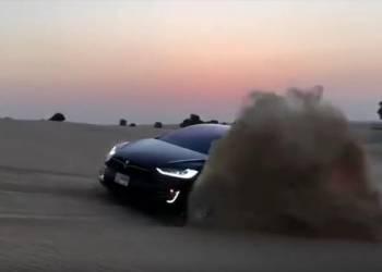 تطعيس من بطولة تسلا موديل اكس في صحراء دبي