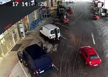 هكذا تمت محاصرة سيارة لصوص - فيديو