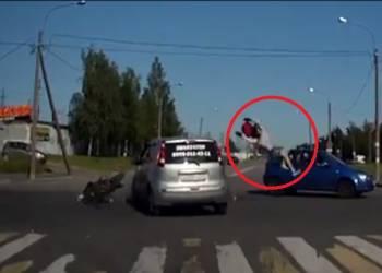 سائق دراجة يطير في الهواء بعد اصطدامه بسيارة +18