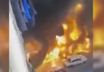 95a3062f2 لحظة اندلاع النيران في شاحنة وقود عقب انقلابها في مصر.jpg ...