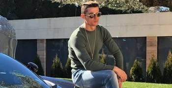رونالدو مع سيارته بوجاتي يحصدان ملايين الاعجابات