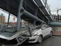 شاهد سقوط لوحة اعلانات ضخمة على سيارة بالسعودية