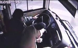 راكبة تنتقم من سائق حافلة بسبب عدم ارجاعه الباقي