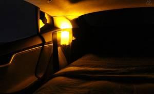 إضاءة وسرير داخل سيارة تسلا اس