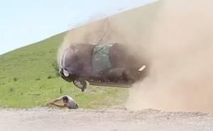 إنقاذ سائق من تحت سيارة بعد انقلاب مروع +18