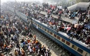 اشخاص يتنقلون بين المدن فوق القطارات