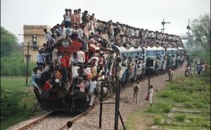 اعداد هائلة من السكان يركبون فوق قطار
