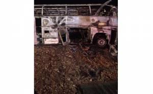 الباص بعد احتراقه في الحادث