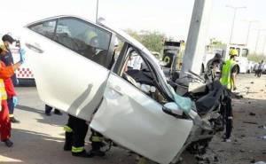 انشطار سيارة ومقتل سائقها بعد الاصطدام بعمود بالسعودية 01