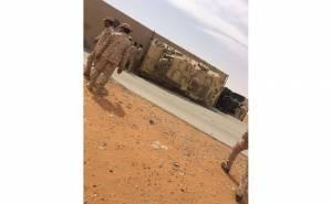 انقلاب شاحنة عسكرية سعودية تحمل مركبتين