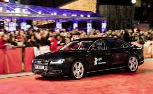 اودي A8 L W12 ذاتية القيادة تتفاخر بنفسها أمام نجوم السينما