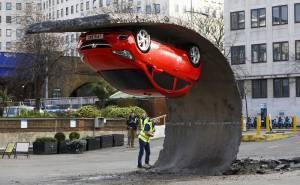 سيارة تتحدى الجاذبية