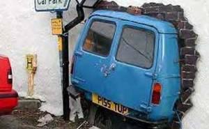 سيارة تصدم جدار