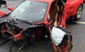 سائق يخرج من حادث فيراري مروع بدون إصابات