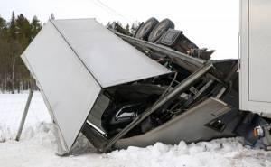 حادث مقطورة شاحنة تحمل سيارتين لبورش