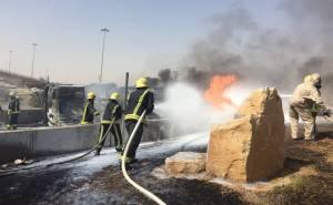 رجال اطفاء يخمدون حريق ناقلة وقود في الرياض
