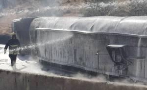 رجال الدفاع المدني يخمدون حريق ناقلة في الرياض