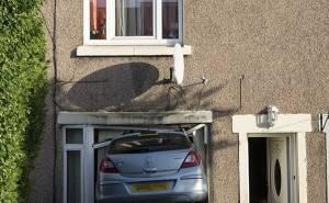 سيارة اوبل كورسا تقتحم منزل مالكها