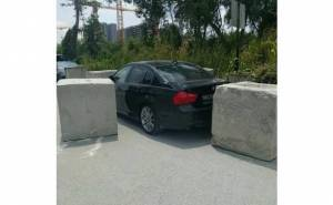 سيارة بي ام دبليو محاصرة بـ 3 كتل خرسانية