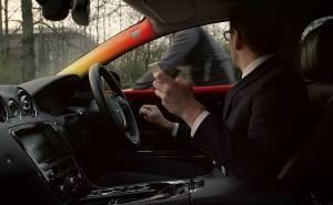 سيارات جاكوار لاند روفر تتلون من الداخل وتقوم بتصرفات غريبة