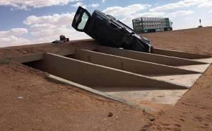 سيارة فورد تسقط بعبارة