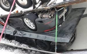 سيارتين من بورش تتحطمان في حادث انقلاب مقطورة شاحنة