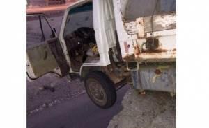 شاحنة سعودية تقف على حافة مرتفع