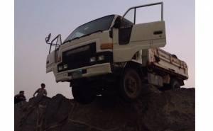 شاحنة عالقة على حافة مرتفع
