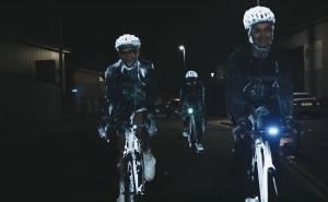 شاهد رذاذ مضيء يحمي سائقي الدراجات من الحوادث