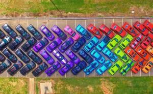 لوحة فنية بدون ألوان أو أقلام بل من 76 سيارة تشالنجر معاً