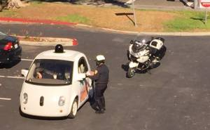 شرطي يوقف سيارة جوجل ذاتية القيادة لسبب غير متوقع