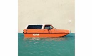صورة مركبة لسيارة مائية