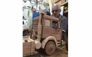 عراقي يصنع مجسم شاحنة خشبي