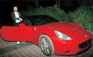 عمران خان يستقل سيارته الفيراري