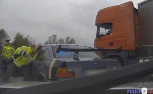 قائد شاحنة يساعد الشرطة في القبض على هارب