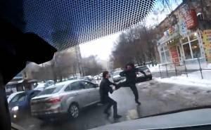 شاهد كيف ينتقم السائق دفاعاً عن سيارته !