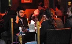 مالك السيارات السعودية الفارهة يجلس بمقهى
