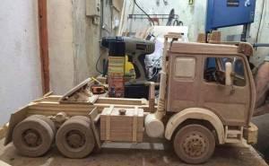 مجسم شاحنة مصنوع من الخشب