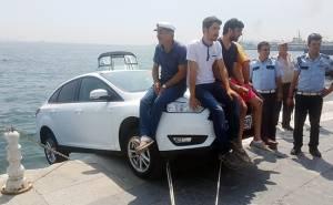 مواطنون أتراك يجلسون على مقدمة فورد فوكس لمنعها من السقوط في الماء