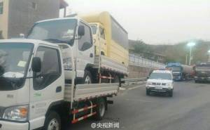 نقل شاحنتين معا بالصين