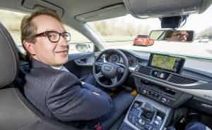 وزير النقل الألماني يختبر سيارة اودي ذاتية القيادة