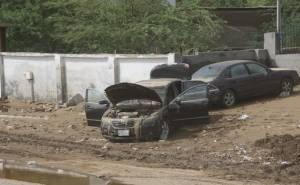 السيول تخلف مئات السيارات المحطمة