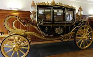 ملكة بريطانيا تحصل على عربة مكسوة بالذهب