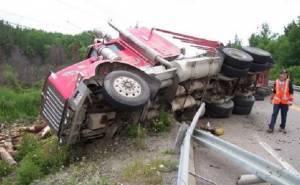 شاحنة تنقلب على جانب الطريق