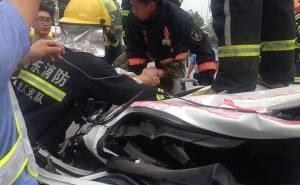 انقاذ السائقة من تحت شاحنة