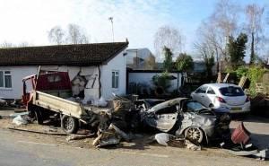شاحنة تدمر مجموعة سيارات