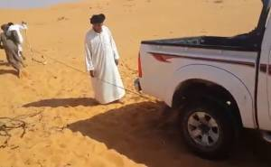 سعوديون يشغلون هايلوكس نفذت بطاريته بطريقة مختلفة