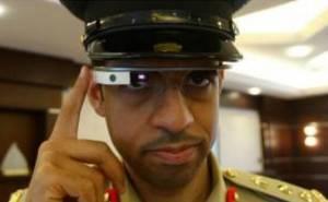 شرطي من دبي يلبس نظارة جوجل الذكية